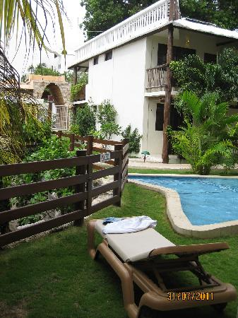 Hotel Posada Sian Ka'an: piscine et petit bâtiment