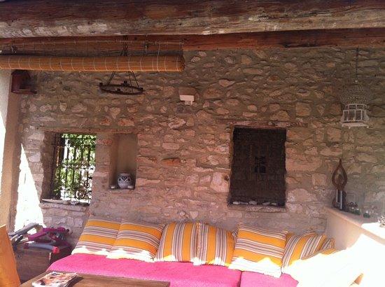 Une Treille en Provence: coin détente près de la piscine ...