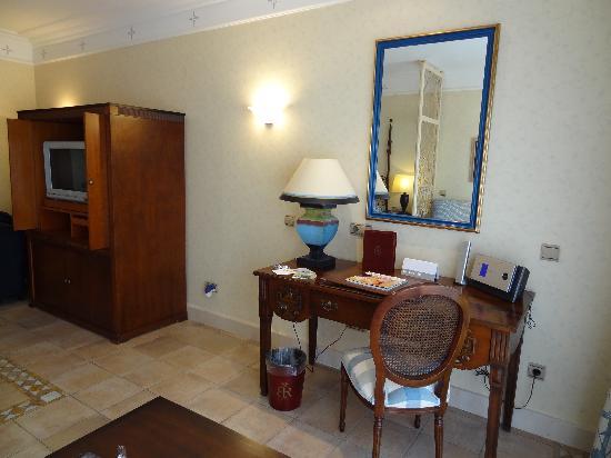 Gran Hotel Atlantis Bahia Real: Habitacion, zona de trabajo y tv