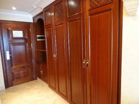 Gran Hotel Atlantis Bahia Real: Habitacion, entrada y armarios