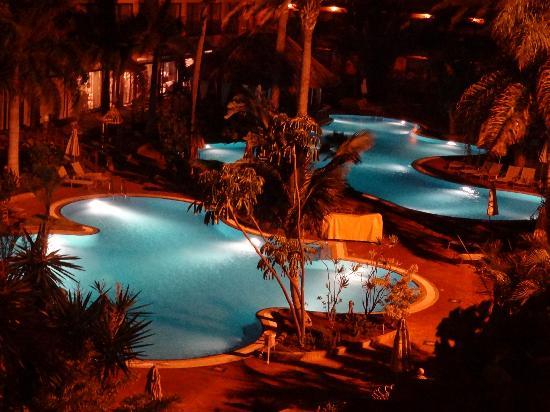Gran Hotel Atlantis Bahia Real: Zona de piscinas de noche