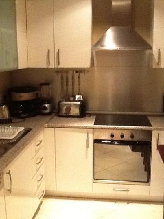 Corinthia Hotel Budapest: kitchen in apartment