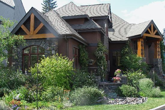 Buffaloberry Bed and Breakfast: The gardens are lovingly maintained