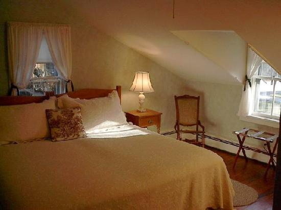 Shaker Meadows Bed and Breakfast: Fern Bedroom in the Farmhouse