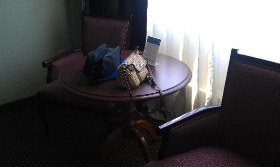 Best Western Sovereign Hotel - Albany : Table and chairs