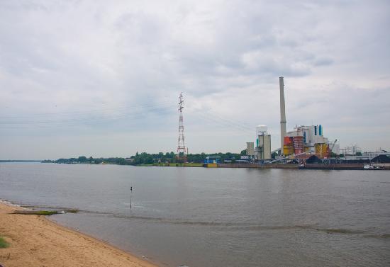 Hotel-Restaurant Weserblick: Am gegenüberliegenden Weserufer liegt ein Kraftwerk, es gibt aber weder Geräusch- noch Rauchemis