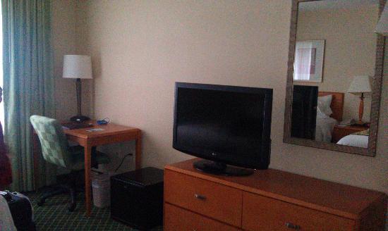 Fairfield Inn & Suites Saratoga Malta: Television, desk, and bureau.