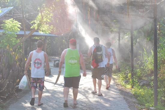 Taman Safari dan Bahari Bali: Great overhead water mist sprays