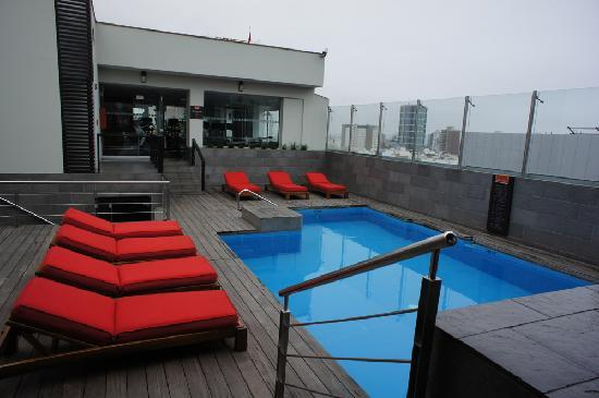Radisson Hotel Decapolis Miraflores: nice rooftop pool scene