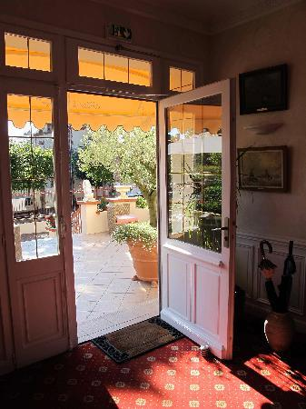 Hotel De La Plage : Front door