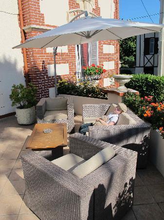 Hotel De La Plage : My son relaxing on the verandah