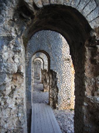 Terracina, Italien: Arcate del frontone