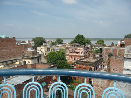 Sandhya Guest House: ganga river view from roof