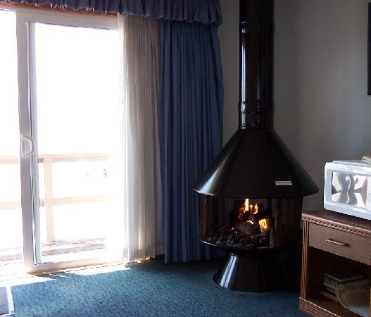Webb's Scenic Surf Motel: Fireplace etc. there are 2 sets of drapes which is nice