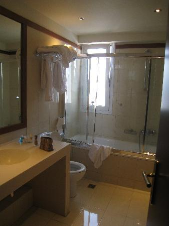 Volos Palace Hotel: Bathroom with that glass door