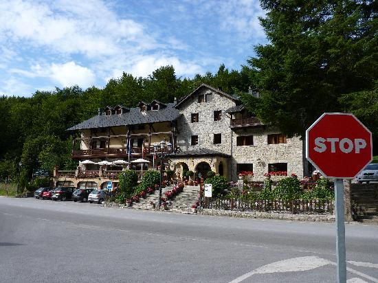 Hotel El Rebeco: Hotel facade from across the road