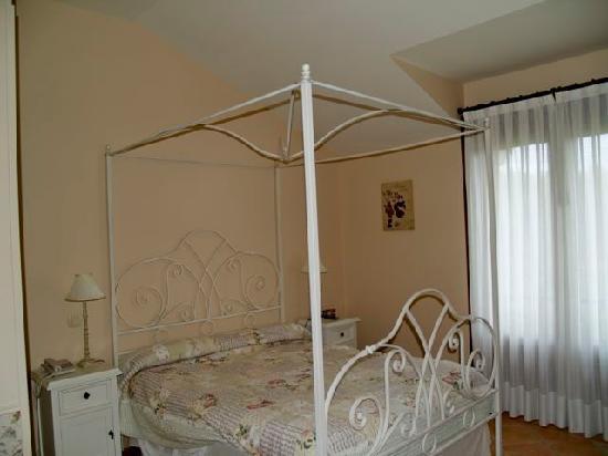 Hotel rural Arpa de Hierba: Habitación con dosel