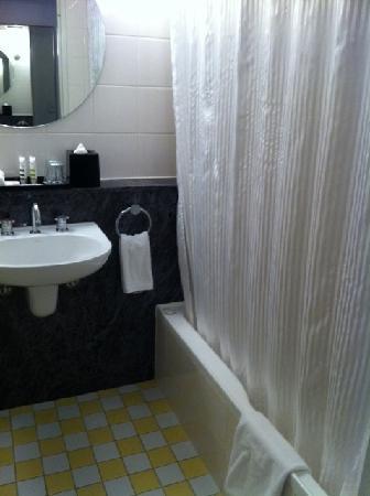 โรงแรมเมอร์คิวร์ซิดนีย์: That bathroom