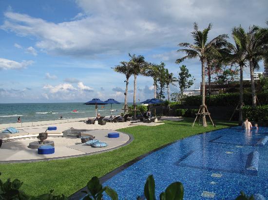 InterContinental Hua Hin Resort: Pool area linked to the beach