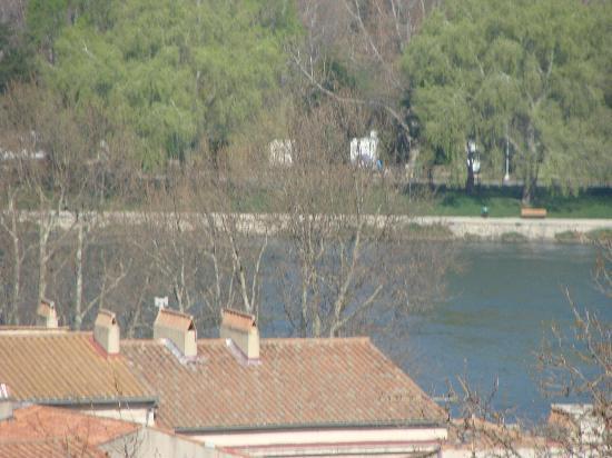 Hostel and Camping Bagatelle : Il camping Bagatelle visto dalle mura di Avignone