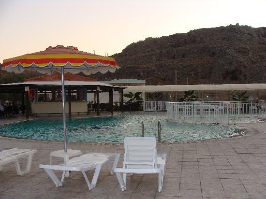 Hotel Kamari Beach: La piscina