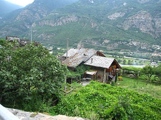Montjovet, İtalya: Hausansicht mit Umgebung