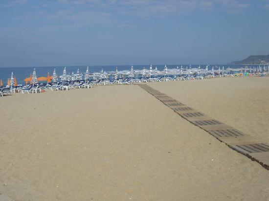 Gallion Hotel: The beach