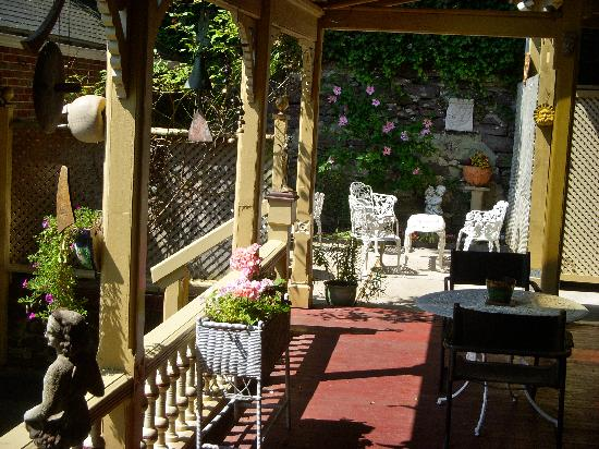 DeFeo's Manor B&B: Porch & Garden