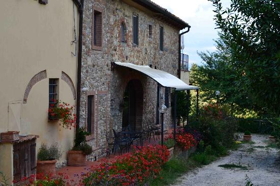 La Valle a Polvereto: The old stone farmhouse.