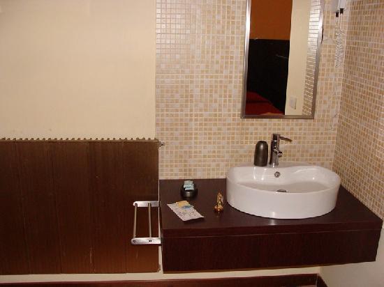 Baño antiguo y muy pequeño: fotografía de Hotel Guidi ...