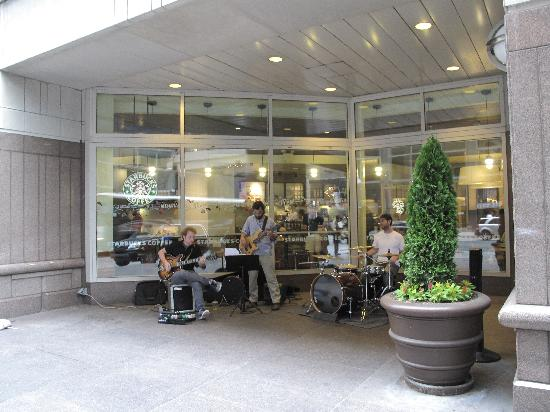 Philadelphia Marriott Downtown: Maybe you are lucky enough to enjoy a free concert outside the gate of the hotel