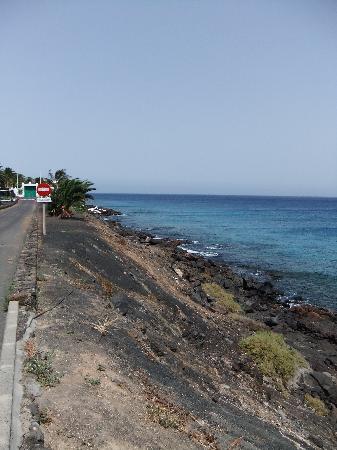Occidental Lanzarote Mar : petite plage au bas de l'hôtel