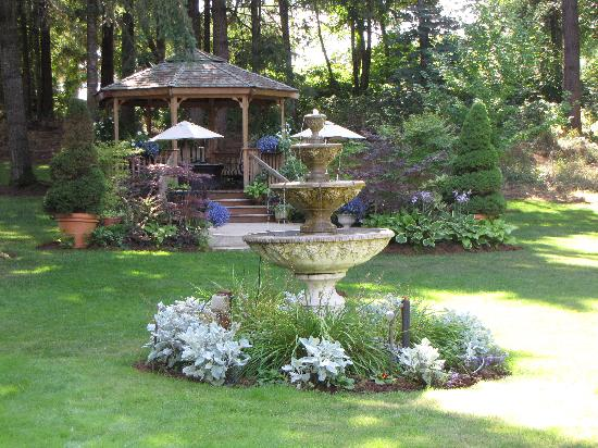 Dundee Manor Bed and Breakfast: relaxing gardens