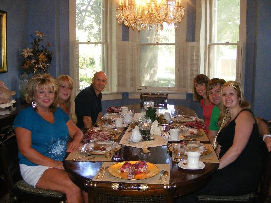 Steel Magnolia House Bed & Breakfast: Breakfast with the other guests.