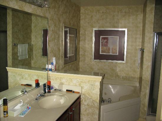 Williamsburg Plantation Resort : Master bedroom bathroom