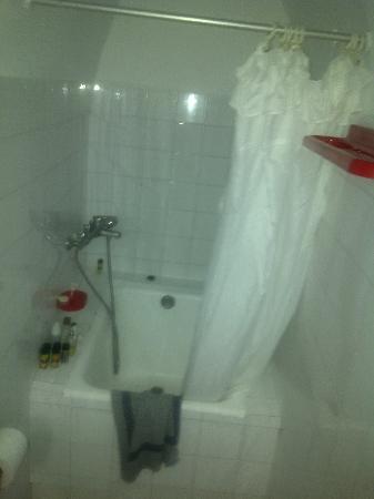 Nomikos Villas : 4-star bathroom????? I don't think so.
