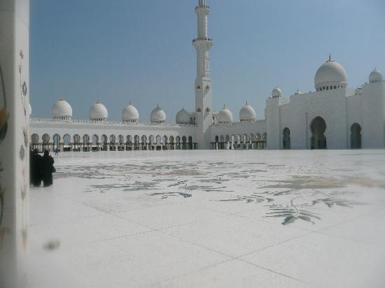 Sheikh Zayed Grand Mosque Center: Outside prayer area