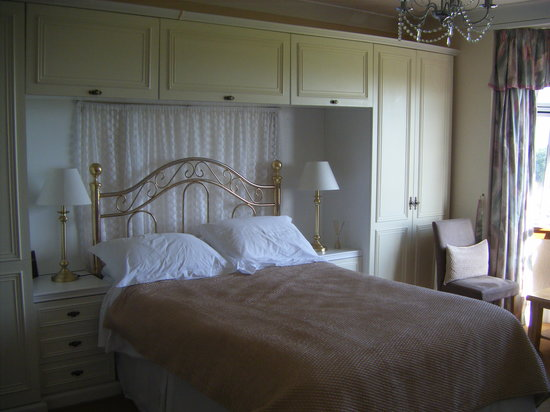 Wetherby House Bed & Breakfast: I took the picture just as we were leaving, the pillows were neater than the picture