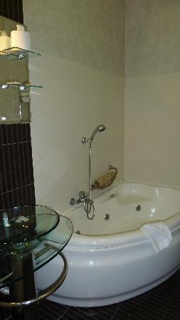 Park Lane Aparthotel : la salle de bain avec jacuzzi