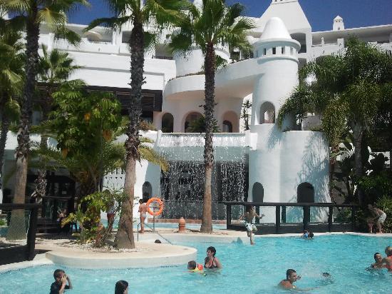 H10 Estepona Palace : La piscine