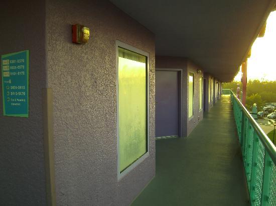 ดิสนี่ส์ป๊อปเซ็นจูรี่ รีสอร์ท: outside room