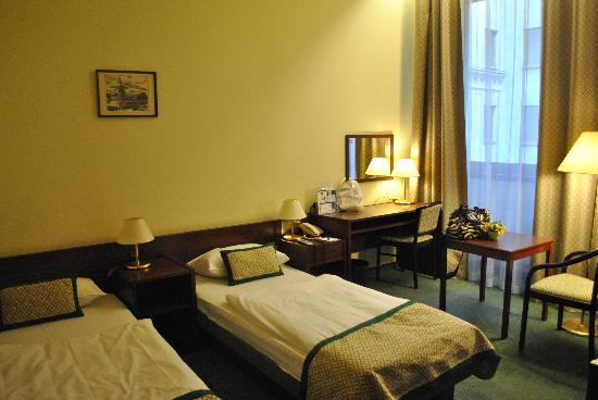 Hotel Hungaria City Center: tiny beds
