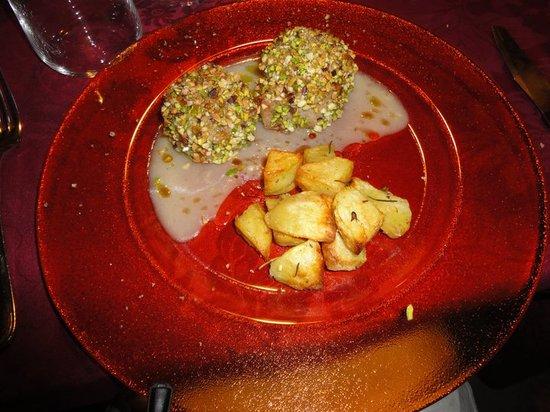 Nangalarruni: filetto di maialino nero in crosta di pistacchi, manna e mandorle con salsa di mela vede