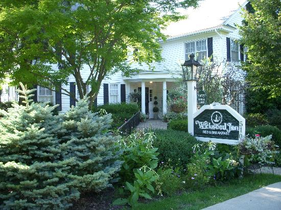 Wickwood Inn: Pretty Exterior