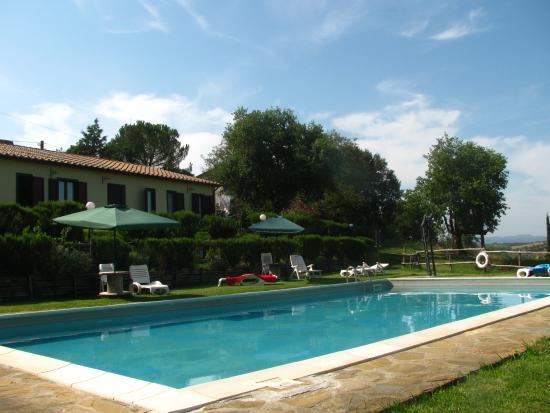 Agriturismo Serratone: retro della camere con visuale su piscina
