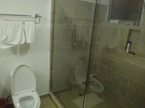 بامبو سويتس: sanitario y duchas igual muy limpias