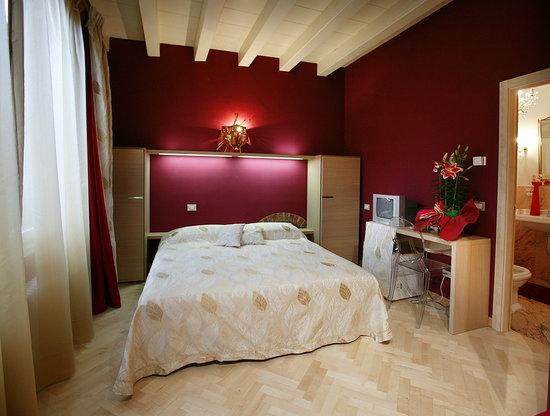 Residenza San Faustino: stanza rossa