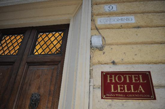 Hotel Lella: Front entrance to building