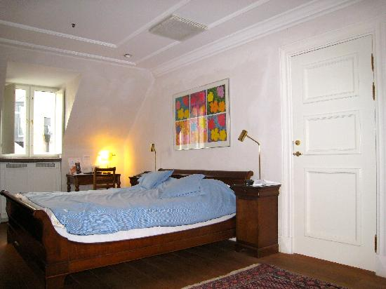 MJ's Hotel: Bedroom