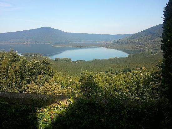Caprarola, Italia: Vue du jardin, Lac de Vico